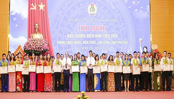 Tặng Bằng khen của LĐLĐ tỉnh và tặng hoa chúc mừng 59 tập thể điển hình tiên tiến trong phong trào thi đua công nhân, viên chức, lao động tỉnh Phú Thọ