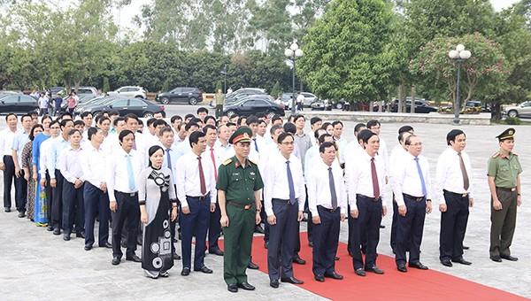 Các đại biểu dự Lễ dâng hương tưởng niệm các Anh hùng liệt sĩ tại Đài tưởng niệm các Anh hùng liệt sĩ tỉnh