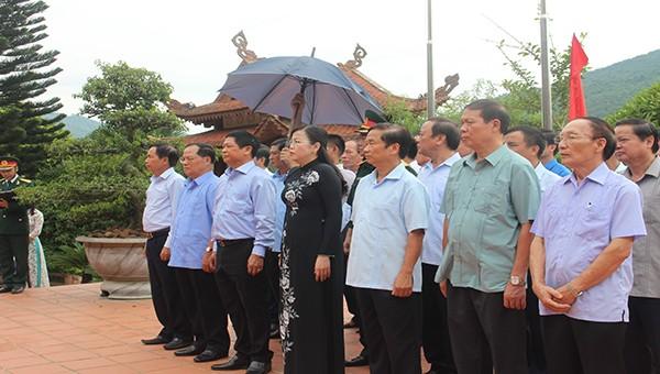 Bà Nguyễn Thanh Hải, Ủy viên BCH Trung ương Đảng, Bí thư Tỉnh ủy Thái Nguyên cùng các đại biểu dâng hương tại nhà tưởng niệm Chủ Tịch Hồ Chí Minh