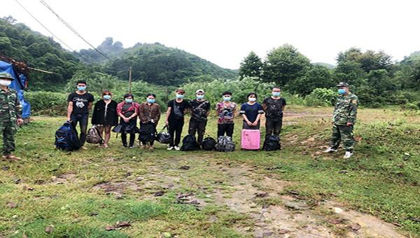 9 đối tượng bị lực lượng tuần tra Đồn biên phòng Ngọc Côn bắt giữ khi đang vượt biên trái phép về nước.