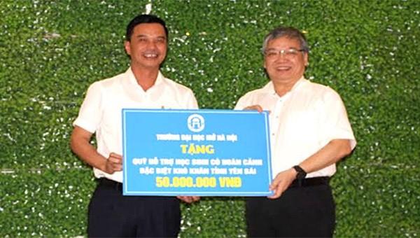 Trường Đại học Mở Hà Nội đã trao tặng 50 triệu đồng cho các học sinh có hoàn cảnh đặc biệt khó khăn tham gia kỳ thi tốt nghiệp THPT