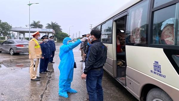 Lực lượng chức năng kiểm tra y tế đối với các hành khách đi xe