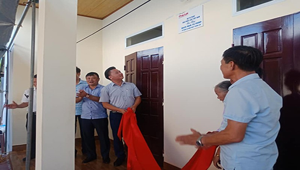 Đại diện Văn phòng đại diện báo Pháp luật Việt Nam khu vực phía Bắc bàn giao nhà tình nghĩa cho gia đình bà Linh.