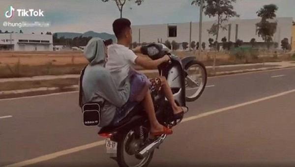 Nam thanh niên bốc đầu xe quay clip đăng TikTok bị phạt hơn 4 triệu đồng