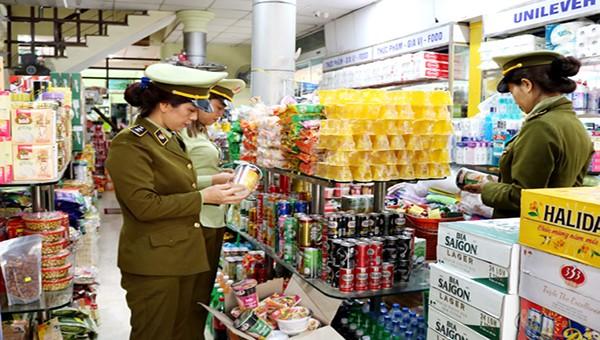 Cán bộ Đội Quản lý thị trường số 1 kiểm tra chất lượng, giá cả các loại hàng hóa bày bán tại một cửa hàng trên địa bàn phường Trần Phú