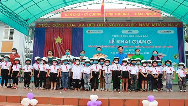 Đại diện lãnh đạo Ban ATGT, Sở GDĐT cùng nhà tài trợ tặng mũ bảo hiểm tại trường Tiểu học Hưng Đạo
