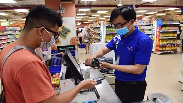 Tại các siêu thị trên địa bàn tỉnh đã cho phép người tiêu dùng thanh toán không dùng tiền mặt khi mua hàng