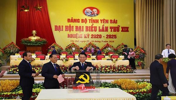 Các đại biểu tiến hành bỏ phiếu bầu Ban Chấp hành Đảng bộ tỉnh Yên Bái nhiệm kỳ 2020-2025.