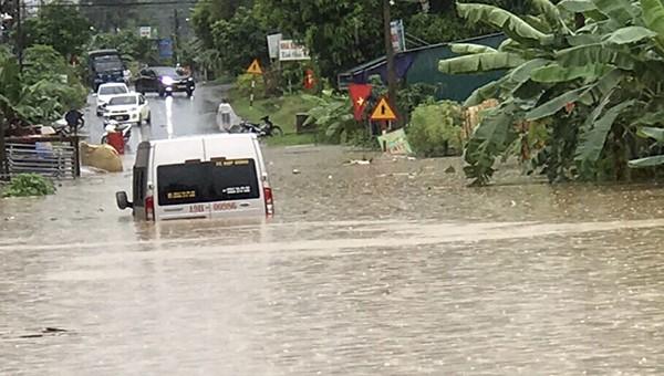 Mưa lớn ngập nhiều tuyến đường khiến phương tiện giao thông qua lại khó khăn.