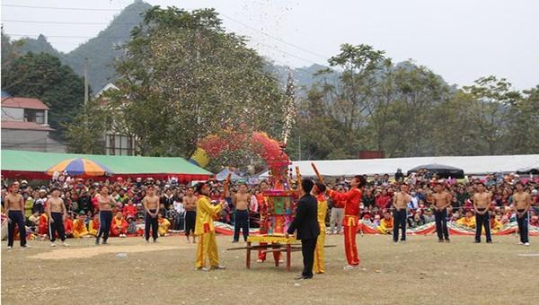 Lễ hội Tranh đầu pháo thị trấn Quảng Uyên, huyện Quảng Hòa, tỉnh Cao Bằng.