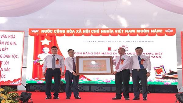 Lãnh đạo huyện Vĩnh Tường đón nhận bằng Di tích Quốc gia đặc biệt đình Thổ Tang.