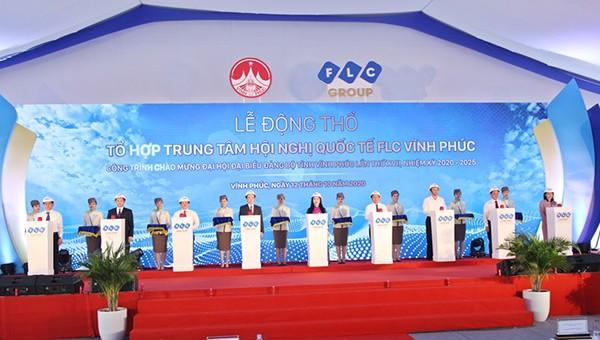 Lãnh đạo tỉnh và lãnh đạo FLC Vĩnh Phúc thực hiện nghi thức động thổ Tổ hợp Trung tâm hội nghị quốc tế FLC Vĩnh Phúc.