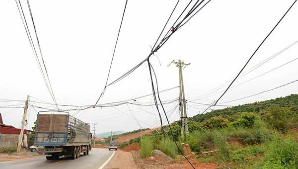 Dây điện mắc qua đường tiềm ẩn nguy cơ mất an toàn