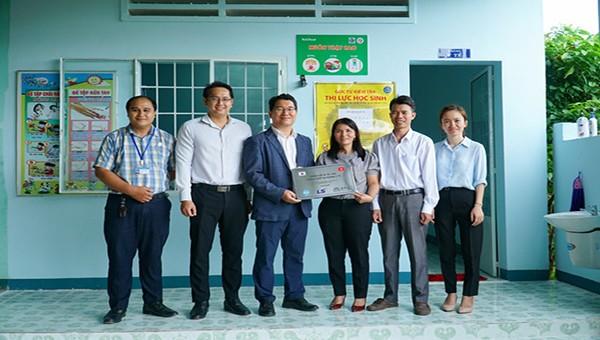 Đại diện COPION và Tập đoàn LS hỗ trợ nâng cấp phòng y tế tại các trường tiểu học