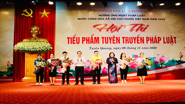 Ông Hoàng Việt Phương, Phó Chủ tịch UBND tỉnh Tuyên Quang và bà Nguyễn Thị Thược, Giám đốc Sở Tư pháp tỉnh tặng hoa các đội dự thi