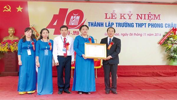 Ông Hà Kế San thừa ủy quyền của Thủ tướng chính phủ trao Bằng khen cho Chi bộ Trường THPT Phong Châu vì đã có thành tích trong học tập và làm theo tấm gương đạo đức Hồ Chí Minh giai đoạn 2011 – 2015.