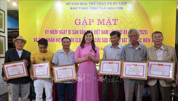 Bảo tàng tỉnh Thái Nguyên trao Giấy chứng nhận cho các nhà sưu tập có đóng góp tích cực trong việc hỗ trợ công tác trưng bày. (Nguồn: TTXVN)