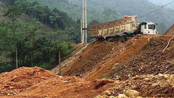 Do địa hình đặc thù đồi núi, để có mặt bằng thi công các nhà thầu phải san lấp, đổ thải