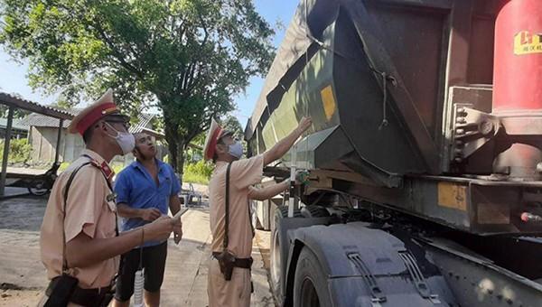Phòng Cảnh sát giao thông, Công an tỉnh Tuyên Quang ra quân tập trung tuần tra, xử lý các trường hợp vi phạm xe chở quá tải trọng.