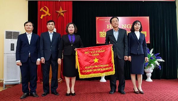 Sở Tư pháp Tuyên Quang đón nhận Cờ Thi đua