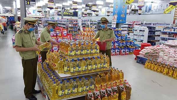 Cán bộ Đội QLTT số 4 (Cục QLTT tỉnh Phú Thọ) tăng cường kiểm tra hàng hóa tại các cơ sở kinh doanh trên địa bàn huyện Đoan Hùng.