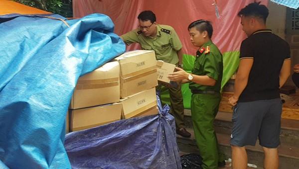 Lực lượng Quản lý thị trường phối hợp với Công an kiểm tra hàng kho hàng trên địa bàn tỉnh.