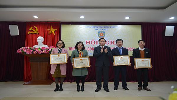 Đồng chí Phan Trọng Tấn tặng Bằng khen của Bộ Tư pháp cho các tập thể, cá nhân của Sở Tư pháp