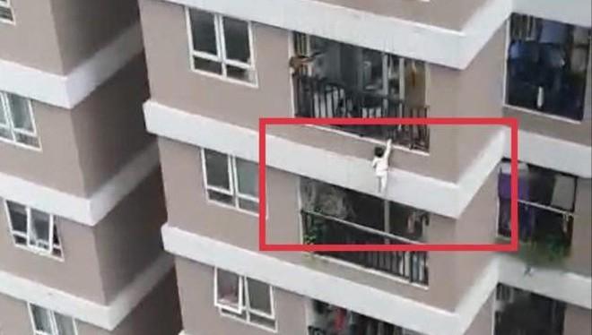 Bé gái rơi từ tầng 12A chung cư, may mắn được cứu sống