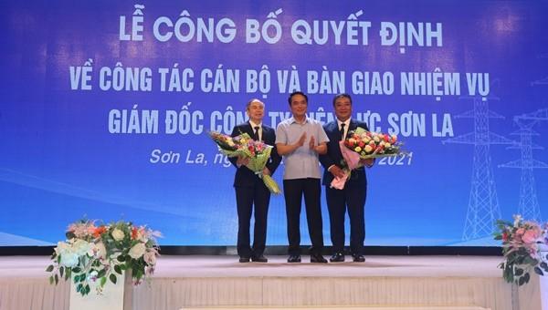 Lãnh đạo Tổng Công ty Điện lực Miền Bắc trao Quyết định và tặng hoa chúc mừng ông Trần Duy Trinh và ông Cầm Văn Giao.