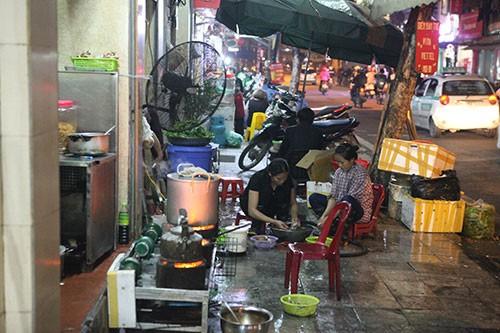 Theo những con số mới được công bố, Hà Nội hiện có khoảng 55.000 bếp than tổ ong, trung bình mỗi ngày tiêu thụ khoảng 528 tấn than tổ ong, phát thải khoảng 1.870 tấn khí CO2 vào bầu không khí thành phố. (Ảnh minh họa)