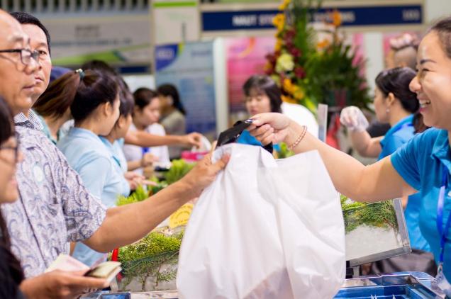 Khách hàng nước ngoài tham quan Vietfish 2017