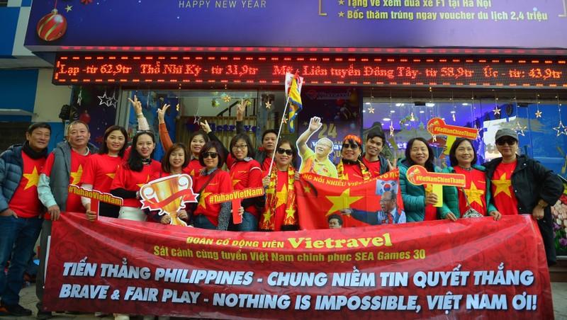 Cổ động viên 'nhuộm đỏ' sân bay, sang Philippines 'tiếp lửa' cho U22 Việt Nam