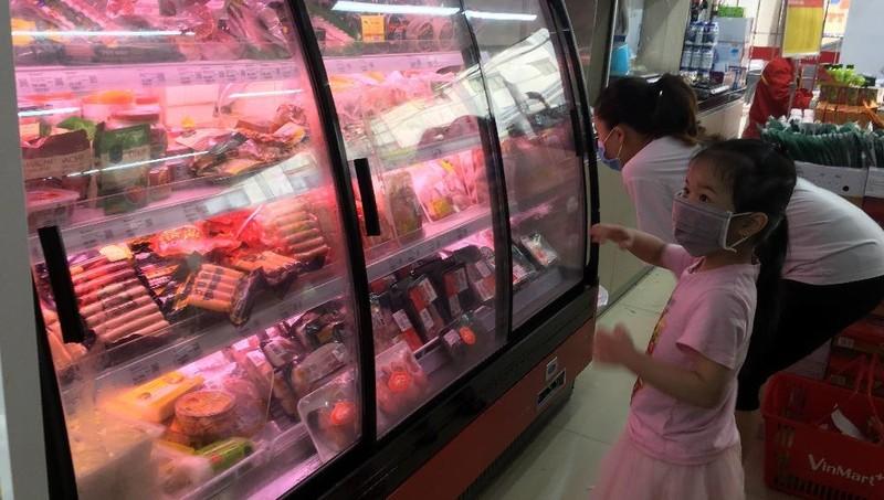 Giá thịt lợn bán lẻ tại siệu thị và chợ dân sinh ngày 13/3 vẫn ở mức cao.