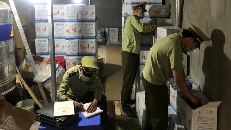 Cục QLTT Sơn La tiến hành kiểm tra cơ sở sản xuất nước uống đóng chai mang nhãn hiệu AQUAA&H của ông Phan Văn An.