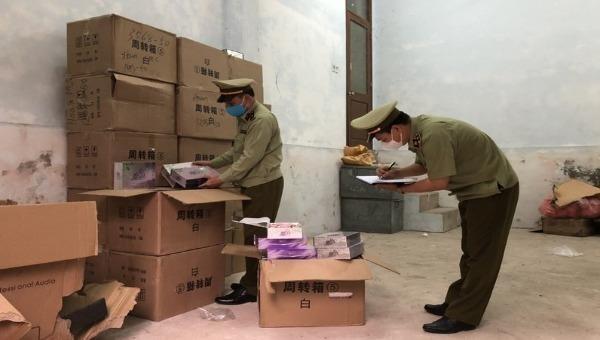 Lực lượng QLTT Quảng Ninh kiểm đếm số lượng mỹ phẩm làm trắng da không rõ nguồn gốc.