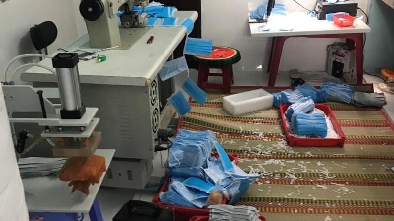Lực lượng Cục QLTT TP.Hồ Chí Minh kiểm tra, xử lý cơ sở sản xuất khẩu trang giả mạo tên thương nhân, địa chỉ.