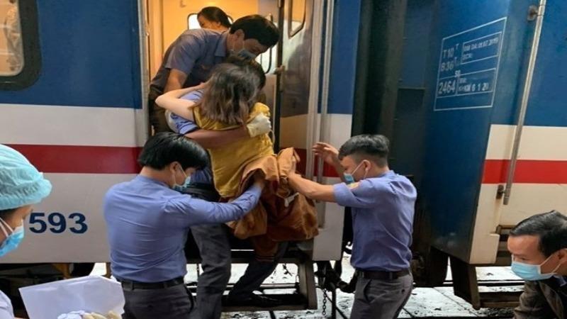 Sản phụ Lang Thị Mậu (quê Nghệ An) được tổ tàu SE4 đưa xuống ga Huế và chuyển đến bệnh viện chăm sóc sức khỏe.