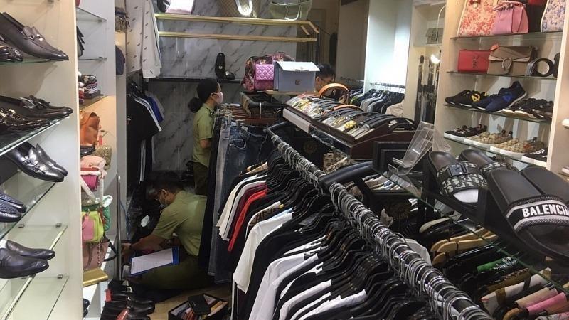 Phát hiện hàng trăm sản phẩm thời trang nghi là hàng giả