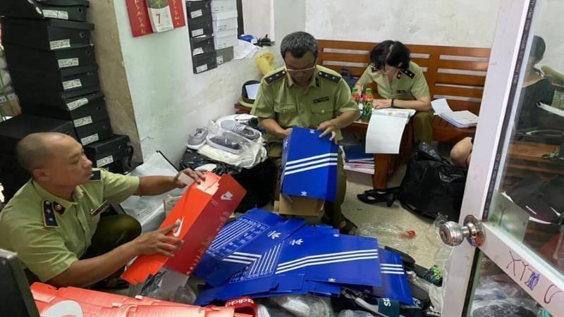 Đoàn kiểm tra tiến hành kiểm tra đột xuất cơ sở kinh doanh giày dép