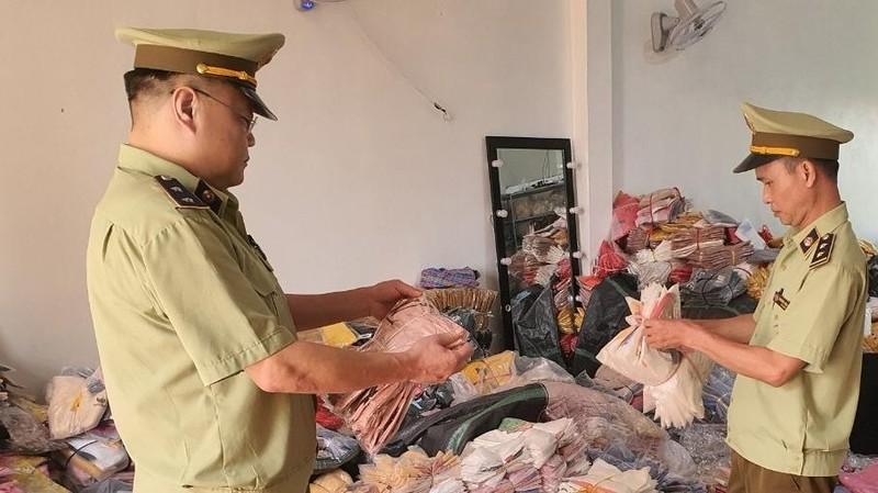 Lực lượng Đội QLTT số 3 kiểm tra hàng hóa tại hộ kinh doanh