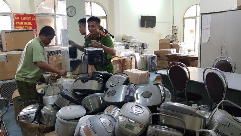 Tạm giữ 1.000 bao thuốc lá nhập lậu và hàng trăm thiết bị điện đã qua sử dụng