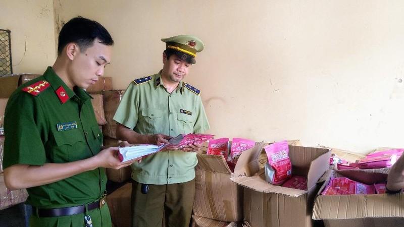 Đội QLTT số 5 phối hợp lực lượng chức năng kiểm tra hàng hóa vi phạm
