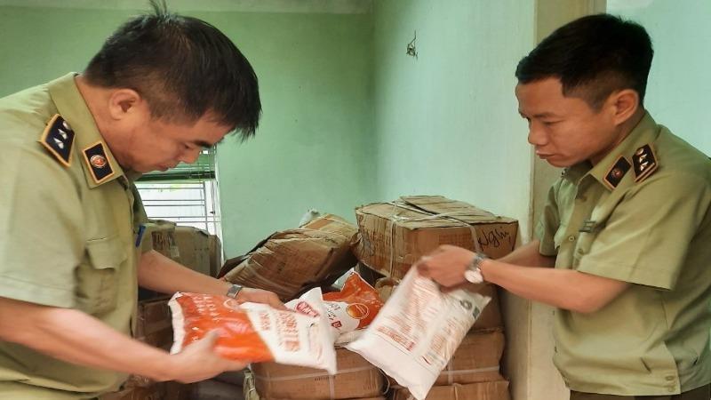 Lực lượng QLTT Hà Nội tiến hành kiểm tra, thu giữ số lượng nguyên liệu thực phẩm vi phạm
