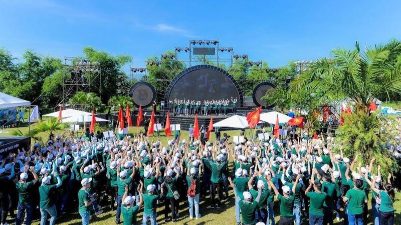 Toàn cảnh Lễ khai mạc khi Ban Tổ chức trao cờ tổ quốc cho các tiểu trại Trưởng nhằm động viên tinh thần cho các trại sinh.