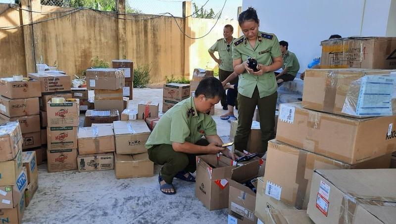 Lực lượng QLTT Bình Định đang kiểm tra hàng hóa vi phạm.