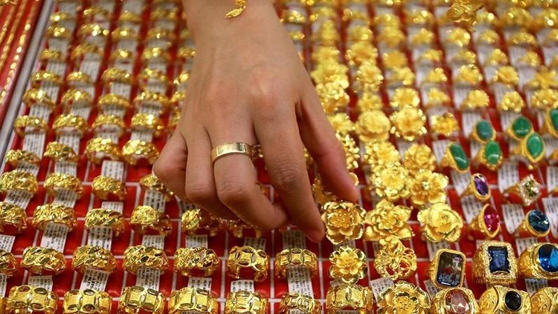 Tăng thêm 2,3 triệu đồng/lượng chỉ sau vài tiếng, giá vàng trong nước tiến sát mốc 57 triệu đồng/lượng
