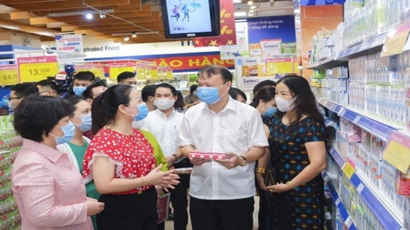 Thứ trưởng Bộ Công Thương - Đỗ Thắng Hải cùng đoàn công tác làm việc tại các siêu thị.