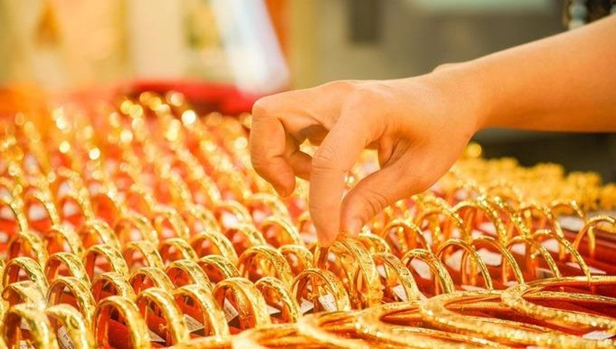 Giá vàng SJC trong nước đang tăng như vũ bão, vượt mốc 61 triệu đồng/lượng.