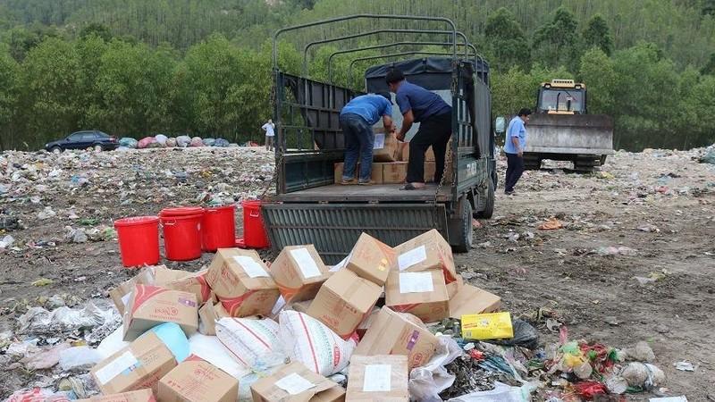 Lực lượng chức năng giám sát tiêu hủy gần 6.000 hũ yến sào không đảm bảo chất lượng