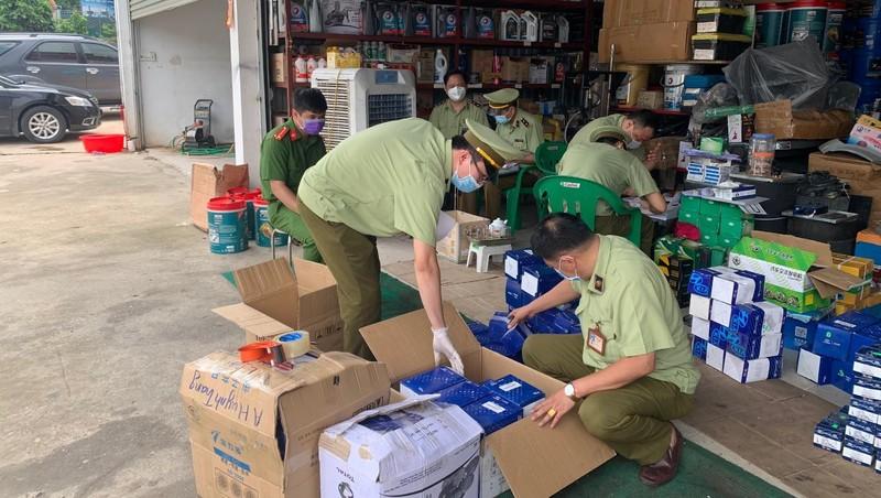 Lực lượng Đội QLTT số 2 kiểm tra hàng hóa vi phạm
